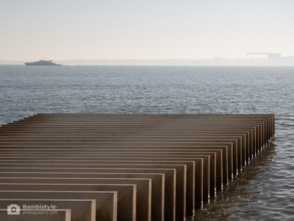 Lissabon Installation am Meer