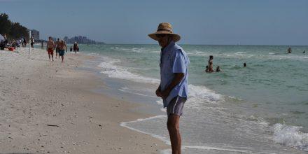 Florida Mann mit Hut am strand