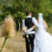Brautpaar laufend von hinten